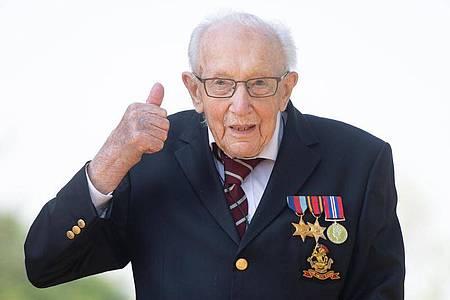 Der 100 Jahre alte Brite Tom Moore wird zum Ritter geschlagen. Foto: Joe Giddens/PA Wire/dpa