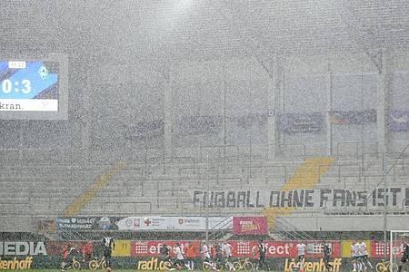 Beim Bundesligaspiel zwischen dem SC Paderborn und Werder Bremen fiel strömender Regen. Foto: Friedemann Vogel/EPA/Pool/dpa