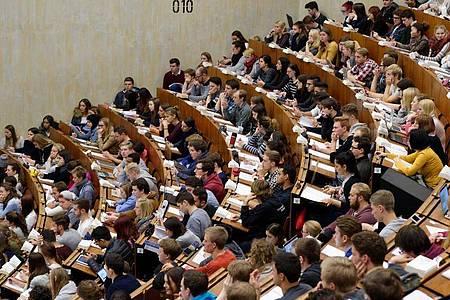 Studierende der Georg-August-Universität in Göttingen sitzen im Zentralen Hörsaalgebäude (ZHG). Foto: Swen Pförtner/dpa
