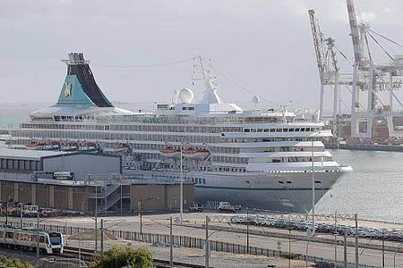 Das deutsche Kreuzfahrtschiff «MS Artania» liegt im Hafen von Fremantle. Foto: Richard Wainwright/AAP/dpa