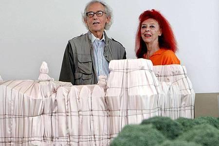 Christo und Jean-Claude hinter dem Modell des verhüllten Berliner Reichstag. Foto: Raquel Manzanares/EPA/EFE/dpa
