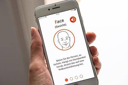Ein herabhängender Mundwinkel beim Lächeln ist ein typisches Merkmal von einer Lähmungserscheinung - das ist eines von drei Symptomen, die die App FAST-Test zur Schlaganfallerkennung abfragt. Foto: Catherine Waibel/dpa-tmn