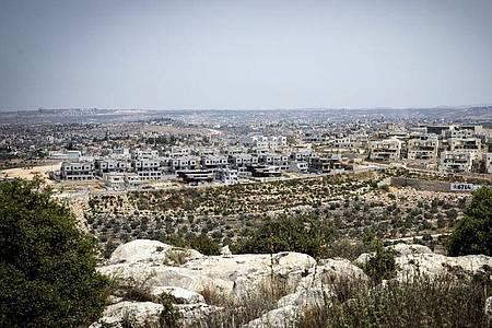 Ein Blick auf neue Gebäude in der Siedlung Schomron, die unter israelischer Regionalverwaltung im Westjordanland steht. Foto: Ilia Yefimovich/dpa