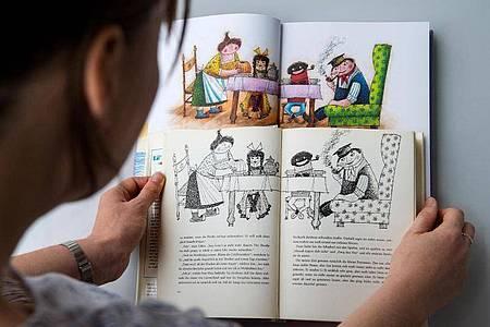 Eine alte (vorn) und eine neue Ausgabe des Kinderbuchs «Jim Knopf und die wilde 13» von Michael Ende. Foto: picture alliance / dpa