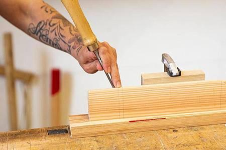 Handwerkliches Geschick ist gefragt, wenn aus einem Stück Holz ein Gebrauchsgegenstand entstehen soll. Hier entsteht eine Keilverbindung. Foto: Catherine Waibel/dpa-tmn