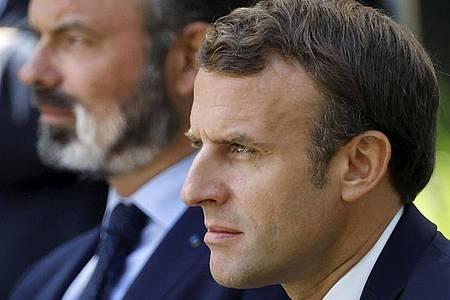 Emmanuel Macron (r), Präsident von Frankreich, und Edouard Philippe, Premierminister von Frankreich. Foto: Christian Hartmann/Pool Reuters/AP/dpa