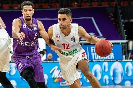 Nationalspieler Maodo Lo (r) lenkte das Spiel der Bayern-Basketballer. Foto: Ulf Duda/fotoduda.de/POOL/dpa