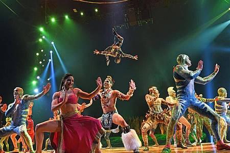 """Artisten nach der Preview der Show """"Totem"""". Das kanadische Live-Unterhaltungs-Unternehmen Cirque du Soleil beantragt Insolvenzschutz und entlässt vorerst rund 3480 Mitarbeiter. Foto: Ursula Düren/dpa"""