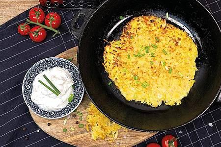 Rösti mit Kräuterquark ist ein Klassiker der Schweizer Küche. Foto: KMG/die-kartoffel.de/dpa-tmn