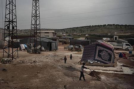 Kinder spielen in einem Lager in der Nähe der Stadt Idlib in Syrien. Foto: Felipe Dana/AP/dpa