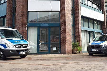 Einsatzfahrzeuge der Bundespolizei vor einem Bürogebäude in Hamburg. Foto: Tnn/dpa