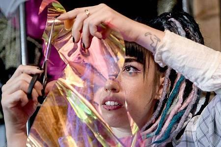 Die Designerin Hadas Foguel entwirft Mundschutz-Masken für ihr Label «Foguelina». Foto: Britta Pedersen/dpa-Zentralbild/dpa