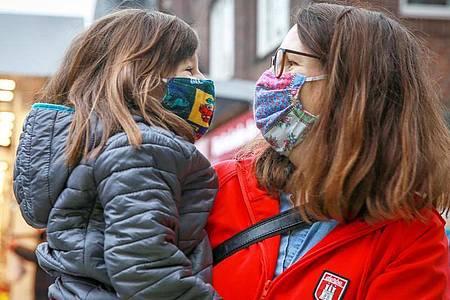 Mutter und Tochter dürfen sich natürlich nah sein - allgemein sollte man bei Treffen mit Freunden oder Verwandten allerdings an die Abstands- und Hygieneregeln denken. Foto: Mascha Brichta/dpa-tmn