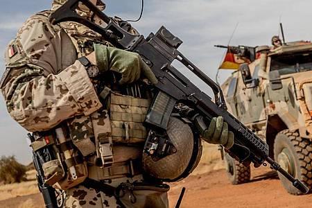 Ein Bundeswehrsoldat mit einem Sturmgewehr vom Typ G36 (Archiv). Das neue Sturmgewehr der Bundeswehr soll nicht von Heckler & Koch kommen, sondern von C.G. Haenel aus Thüringen. Foto: Michael Kappeler/dpa