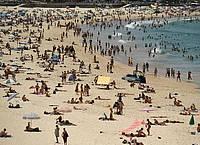 Menschen suchen Abkühlung am Bondi Beach. Foto: Joel Carrett/AAP/dpa