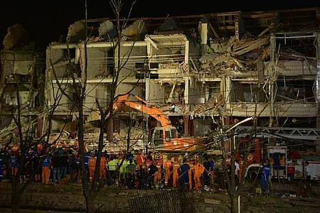 Rettungskräfte arbeiten in den frühen Morgenstunden am Ort einer Tankwagenexplosion. Foto: -/XinHua/dpa