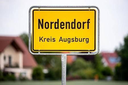 Das Ortsschild von Nordendorf im Kreis Augsburg. Foto: Matthias Balk/dpa