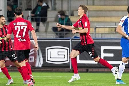 Nils Petersen (r) sorgte für den Freiburger Sieg gegen Hertha. Foto: Tom Weller/dpa pool/dpa