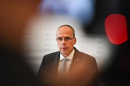 Peter Beuth muss sich kritischen Fragen stellen. Foto: Arne Dedert/dpa