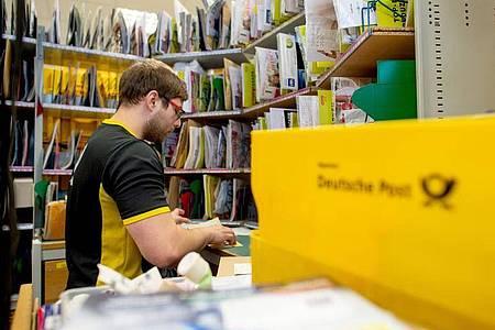 Alexander Seiffert, angehende Fachkraft für Kurier-, Express- und Postdienstleistungen, behält den Überblick. Foto: Klaus-Dietmar Gabbert/dpa-tmn