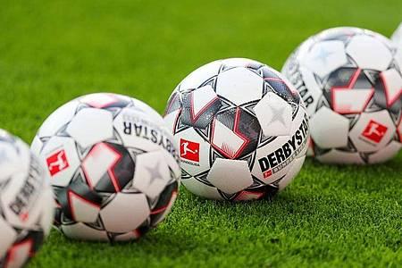 Die Fußball-Bundesliga pausiert mindestens noch bis Ende April. Foto: Jan Woitas/dpa-Zentralbild/dpa
