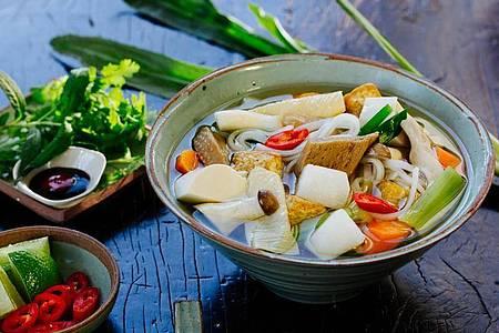 Auch Vegetarier kommen auf ihre Kosten: Die Pho Chay enthält Tofu statt Fleisch. Foto: Simi Leistner/asiastreetfood.com/dpa-tmn