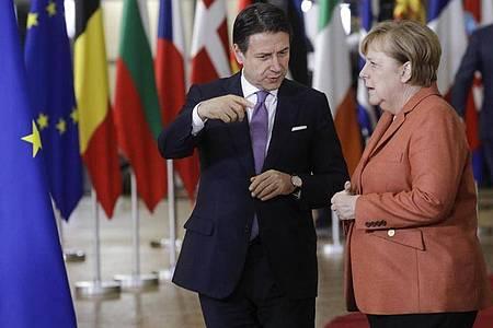 Italiens Premierminister Giuseppe Conte und Bundeskanzlerin Angela Merkel 2019 bei einem Gespräch beim EU-Gipfel. Foto: Thierry Roge/BELGA/dpa
