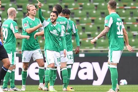 Werders Leonardo Bittencourt jubelt unter anderem mit Niclas Füllkrug und Davy Klaassen (l) über sein Tor zum 1:0. Foto: Carmen Jaspersen/dpa