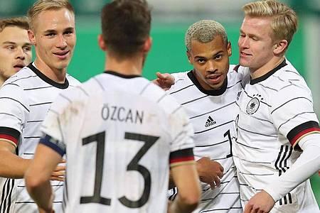Die Spieler der deutschen U21 feiern den Treffer zum 1:0 gegen Bosnien-Herzegowina durch Lukas Nmecha (2.v.r.). Foto: Daniel Karmann/dpa
