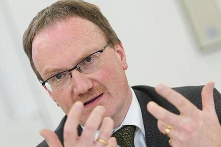 Lars Feld, Chef der «Wirtschaftsweisen», spricht während einer Pressekonferenz. Foto: picture alliance / Arne Dedert/dpa