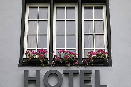 Besonders an vereinzelten Beherbungsverboten für Gäste aus innerdeutschen Risikogebieten nehmen Wirtschaftsverbände Anstoß. Foto: Oliver Berg/dpa