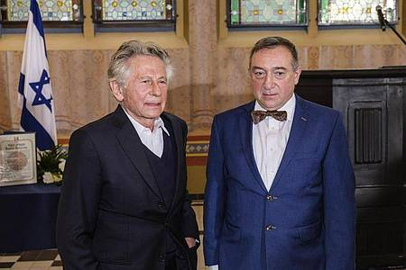 Roman Polanski (l) bei der Zeremonie mit Stanislaw Buchala in Gliwice. Foto: Michal Buksa/AP/dpa