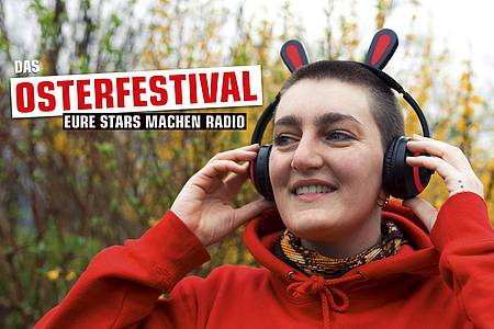 junge Frau mit Hasen-Kopfhörern