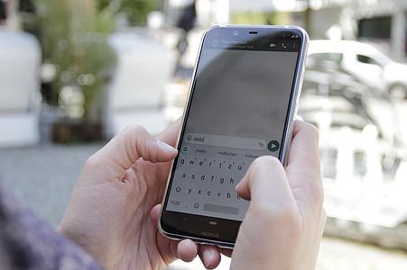 Finger tippen auf Smartphone
