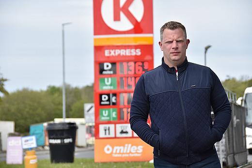 Terry Hughes vor seiner Tankstelle