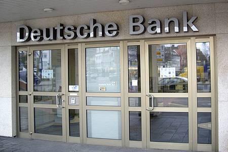 Symbolbild: Eingang einer Deutschen Bank-Filiale