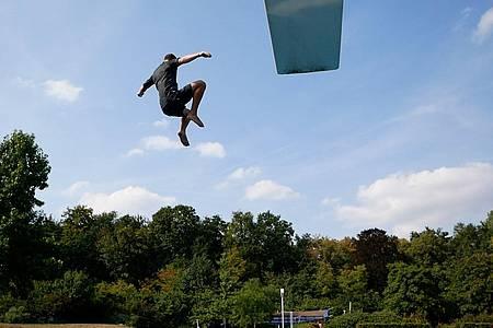 Mann springt vom Dreier