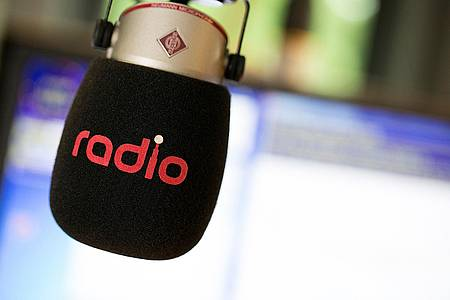 Mikrofon mit radio-Branding im Studio