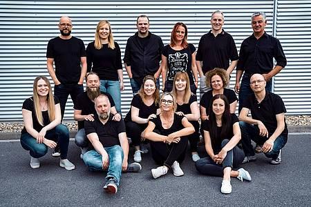 radio hochstift team steht und sitzt für ein gruppenbild vor einer wand
