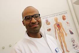 Arzt mit dunkler Hautfarbe