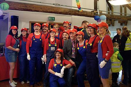 Karnevalsgruppe, alle als Mario verkleidet