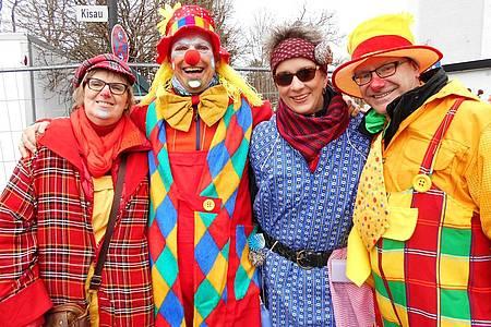 Bunte Fußgruppe im Karneval