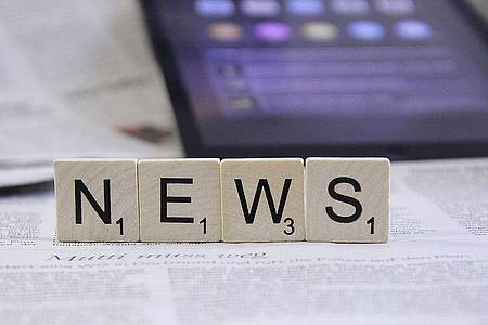 """News"" geschrieben in Scrabble-Buchstaben"