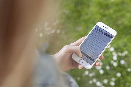Frau tippt auf dem Smartphone