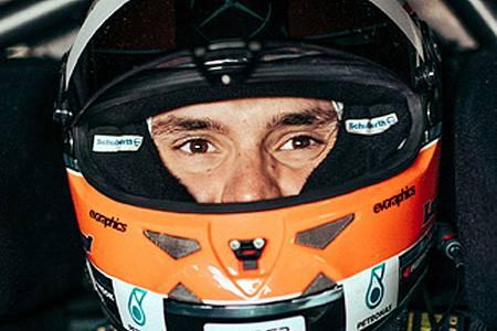 Mann mit Motorsporthelm
