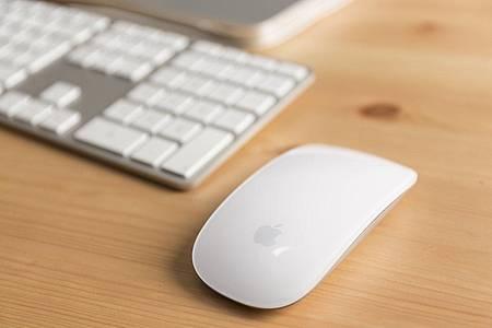 Maus liegt neben der Tastatur auf dem Tisch
