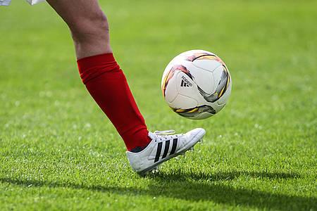 Fuß kickt Fußball