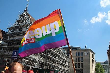 Regenbogen-Flagge auf der PaderPride-Demonstration