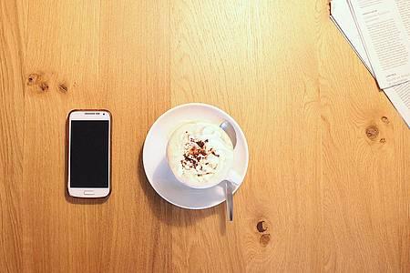 Smartphone und Kaffetasse