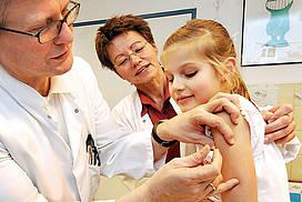 Kind bekommt beim Arzt eine Impfung